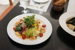 Итальянский салат Scallops ресторана, зажаренная раковина scallops с овощем стоковое фото