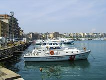 Итальянский сосуд partol береговой охраны на анкере в гавани Anzio, к югу от Рима, Италия Стоковые Изображения