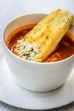 Итальянский суп минестроне с хлебом чеснока и заскрежетанным сыром чеддера Стоковое Фото