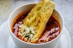 Итальянский суп минестроне с хлебом чеснока и заскрежетанным сыром чеддера Стоковые Фотографии RF