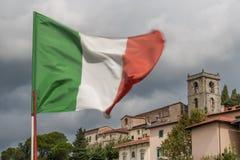 Итальянский флаг развевая в альте Montecatini, Тоскане, Италии стоковые изображения