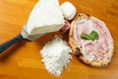 Итальянский экстренныйый выпуск пиццы Стоковая Фотография RF