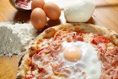 Итальянский экстренныйый выпуск пиццы Стоковая Фотография