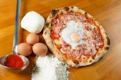 Итальянский экстренныйый выпуск пиццы Стоковые Фотографии RF