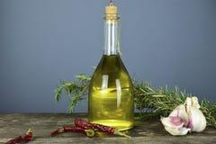 Итальянское оливковое масло в бутылках с ароматичными травами Стоковое Фото