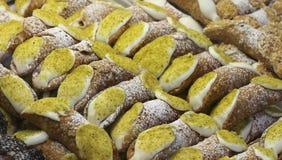 Итальянское печенье с много сицилийское cannoli заполнило с рикоттой a Стоковые Фото