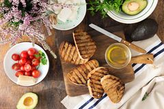 Итальянское bruschetta с томатами, авокадо, сыр на покрытом коркой gril Стоковые Изображения RF