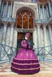 Италия; Венеция, 24 02 2017 Женщины в костюме масленицы withFan внутри Стоковое фото RF