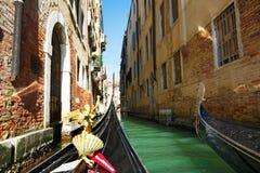 Италия, Венеция, 25-ое февраля 2017 взгляд от гондолы к s Стоковое Изображение RF