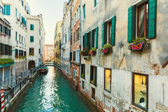 Италия; Венеция, 02/25/2017 Улица с покрашенным мостом, стенами Стоковые Фотографии RF