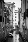 Италия; Венеция, 24 02 2017 Черно-белое фото stree Венеции Стоковая Фотография RF