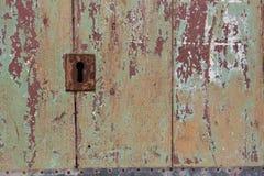 Италия, Acireale (Катания): Закройте вверх деревенской старой двери Стоковое Изображение