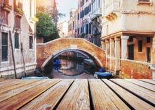 Италия venice Взгляд от гондолы во время езды через каналы Стоковые Фотографии RF