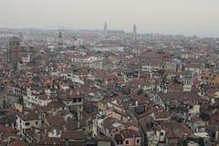 Италия venice 5-ое января 2016 - взгляд города от колокольни собора St Mark Город постепенно охватывая стоковая фотография rf
