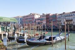 Италия venice Строка гондол причалила на грандиозном канале Стоковая Фотография