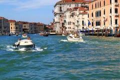 Италия venice Шлюпки с людьми в грандиозном канале Стоковая Фотография
