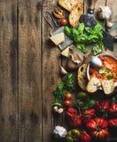 Итальянка зажарила в духовке суп томата и чеснока в шаре, космосе экземпляра Стоковые Фотографии RF