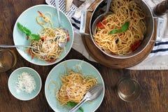 Итальянская еда и белое вино на темной деревянной предпосылке Стоковые Изображения RF