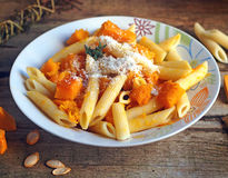 Итальянская еда - макаронные изделия Penne с тыквой Стоковые Фото
