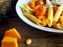Итальянская еда - макаронные изделия Penne с тыквой Стоковые Изображения