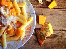 Итальянская еда - макаронные изделия Penne с тыквой Стоковое Фото