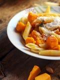 Итальянская еда - макаронные изделия Penne с тыквой Стоковые Изображения RF