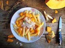 Итальянская еда - макаронные изделия Penne с тыквой Стоковая Фотография RF