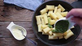 Итальянская еда макаронных изделий сток-видео