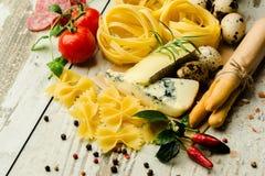 Итальянская еда на таблице стоковое изображение rf
