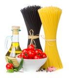 Итальянская еда - спагетти, томаты, базилик, оливковое масло, чеснок стоковое изображение