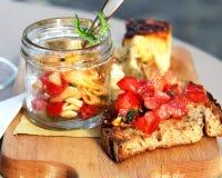 Итальянская еда с макаронными изделиями; части пиццы и bruschetta Стоковое Фото