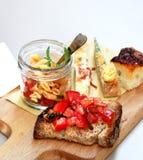 Итальянская еда с макаронными изделиями, частями пиццы и bruschetta Стоковые Фотографии RF