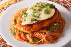 Итальянская еда: Цыпленок Parmigiana и крупный план спагетти horizont Стоковые Фотографии RF