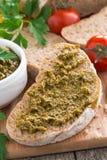 Итальянская закуска - ciabatta с pesto, конец-вверх Стоковые Изображения
