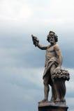 Итальянская каменная статуя на мосте в Флоренсе, Италии Стоковые Фотографии RF