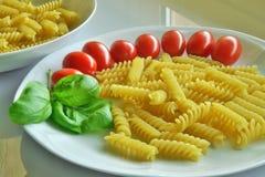 Итальянская кухня, макаронные изделия с томатом и базилик Стоковые Фотографии RF