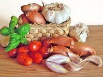 Итальянская кухня, томатный соус Ингридиенты для подготовки, томата, лука, чеснока, базилика Стоковые Изображения