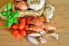 Итальянская кухня, томатный соус Ингридиенты для подготовки, томата, лука, чеснока, базилика Стоковая Фотография