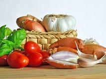 Итальянская кухня, томатный соус Ингридиенты для подготовки, томата, лука, чеснока, базилика Стоковые Изображения RF