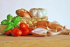 Итальянская кухня, томатный соус Ингридиенты для подготовки, томата, лука, чеснока, базилика Стоковое фото RF