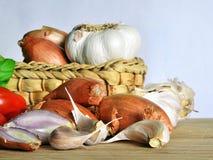 Итальянская кухня, томатный соус Ингридиенты для подготовки, томата, лука, чеснока, базилика Стоковое Изображение RF