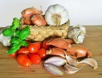 Итальянская кухня, томатный соус Ингридиенты для подготовки, томата, лука, чеснока, базилика Стоковые Фотографии RF