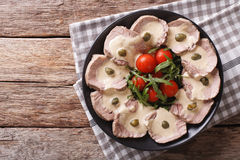 Итальянская кухня: Tonnato с каперсами, arugula Vitello, томаты Стоковая Фотография