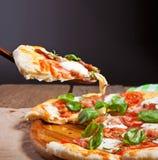 Итальянская пицца, который служат на деревянном столе Стоковая Фотография