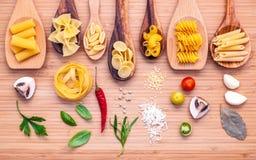 Итальянская принципиальная схема еды Различный вид макаронных изделий в деревянном острословии ложек Стоковые Фото
