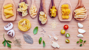Итальянская принципиальная схема еды Различный вид макаронных изделий в деревянном острословии ложек Стоковое Фото