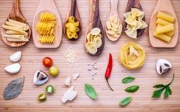 Итальянская принципиальная схема еды Различный вид макаронных изделий в деревянном острословии ложек Стоковое фото RF