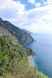 Итальянская сельская местность вдоль среднеземноморского с сценарными взглядами стоковое фото