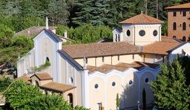Итальянская церковь окруженная древесинами Стоковое фото RF