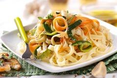 Итальянские лапши макаронных изделий с сортированными овощами стоковые фото